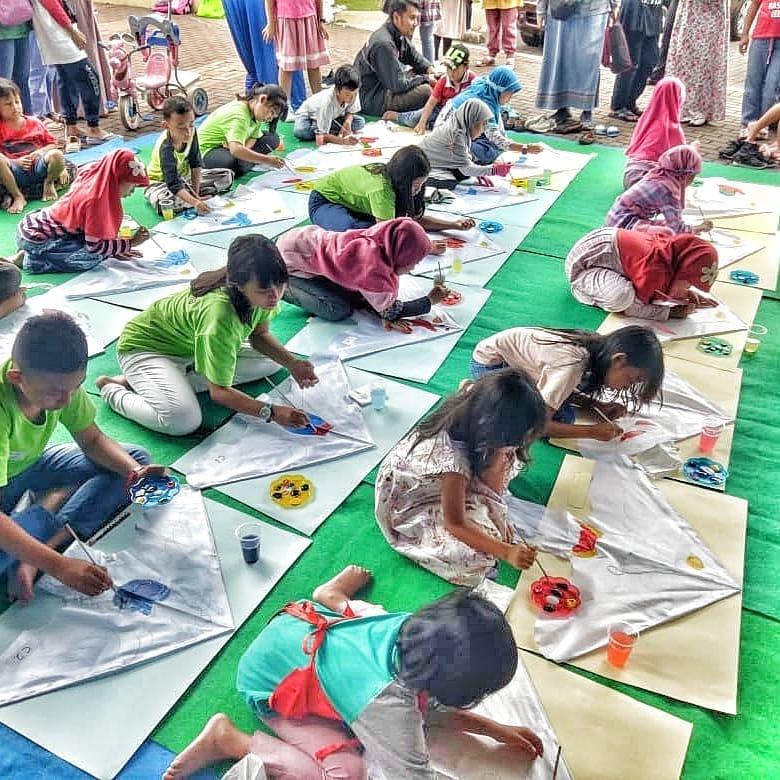 Mengekspresikan Kreatifitas Seni Anak Melalui mewarnai layang-layang